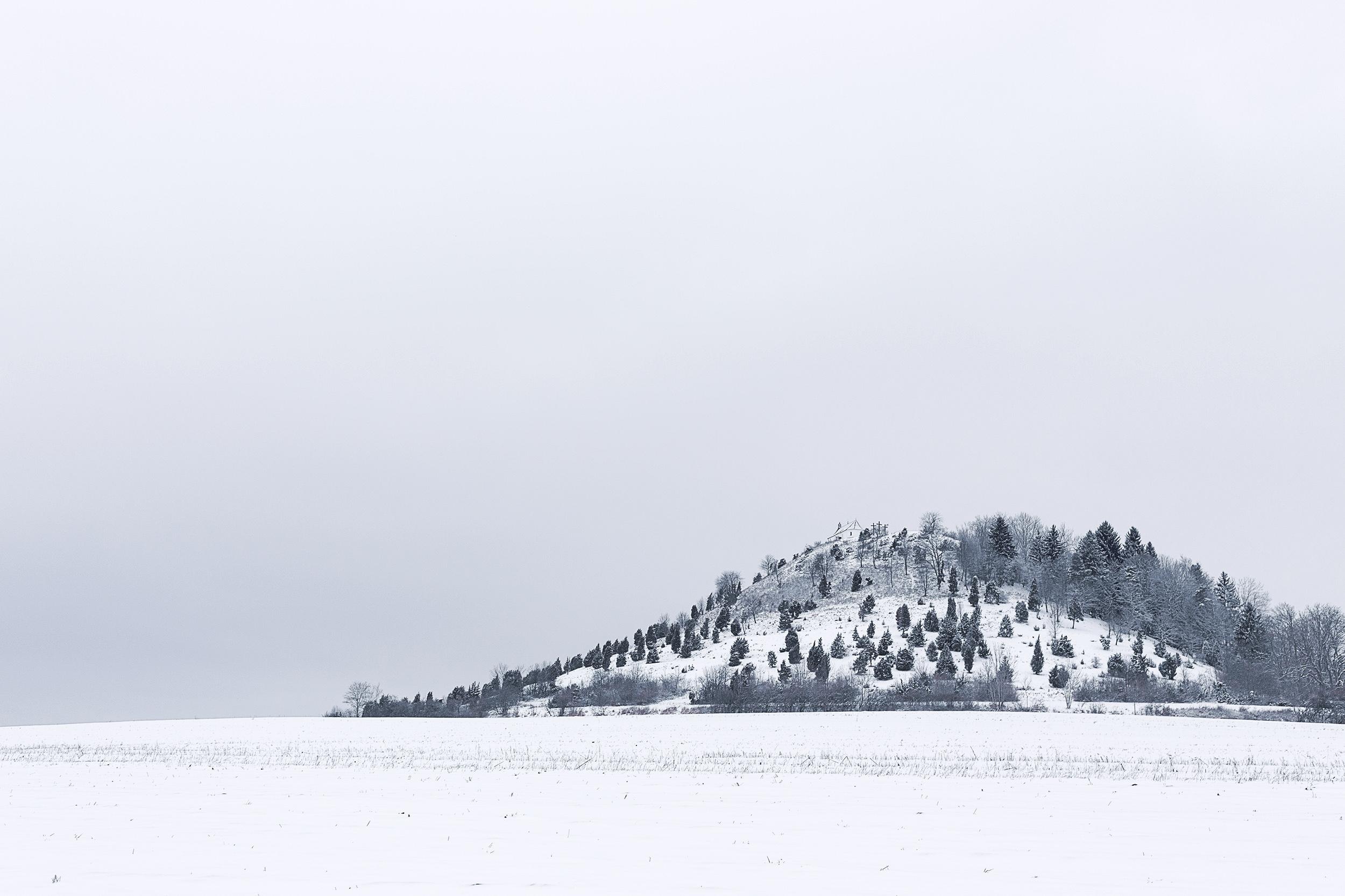 Der Kornbühl mit der Salmendinger Kapelle im Schnee