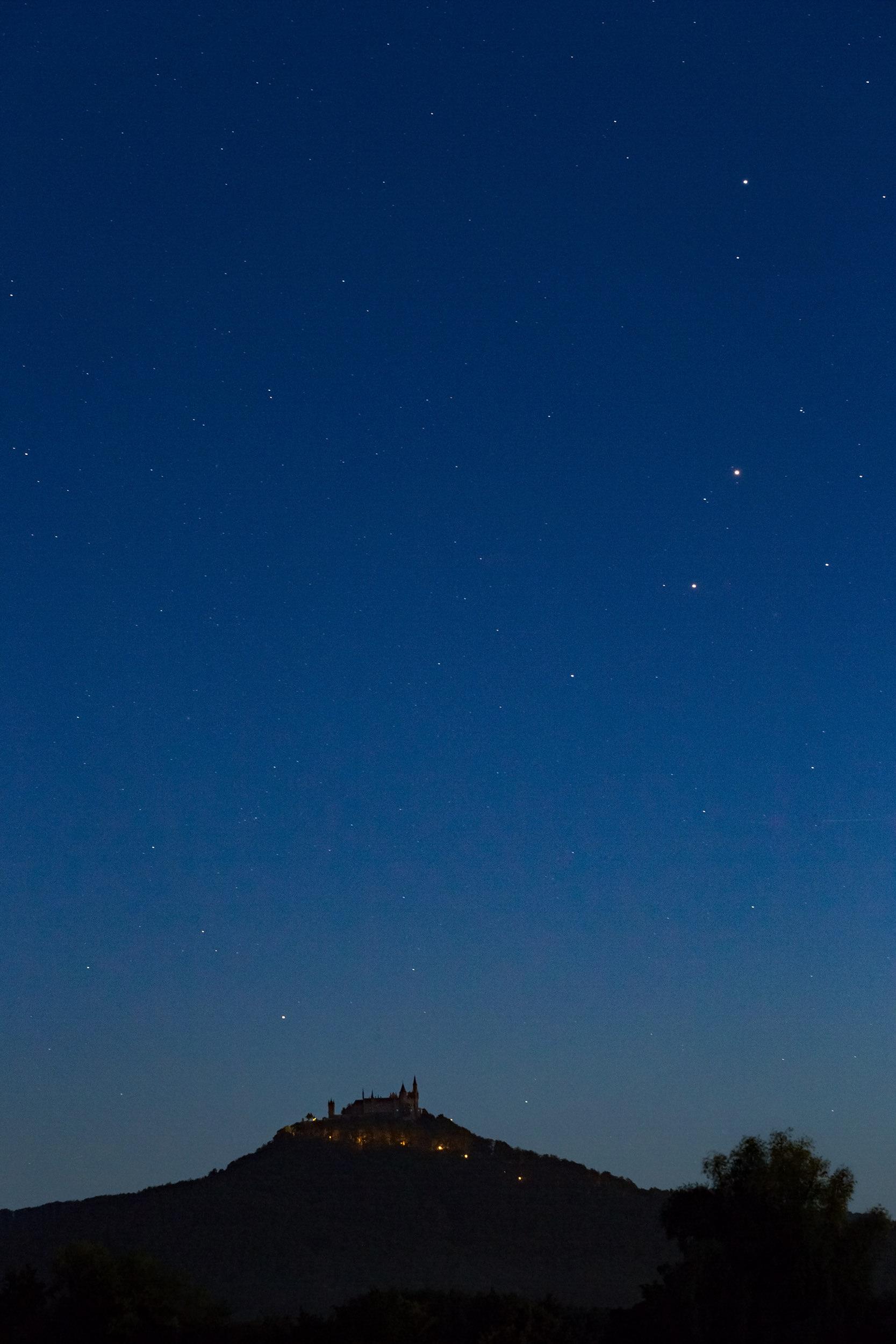 Die Burg Hohenzollern bei Hechingen zur Blauen Stunde mit den ersten Sternen.