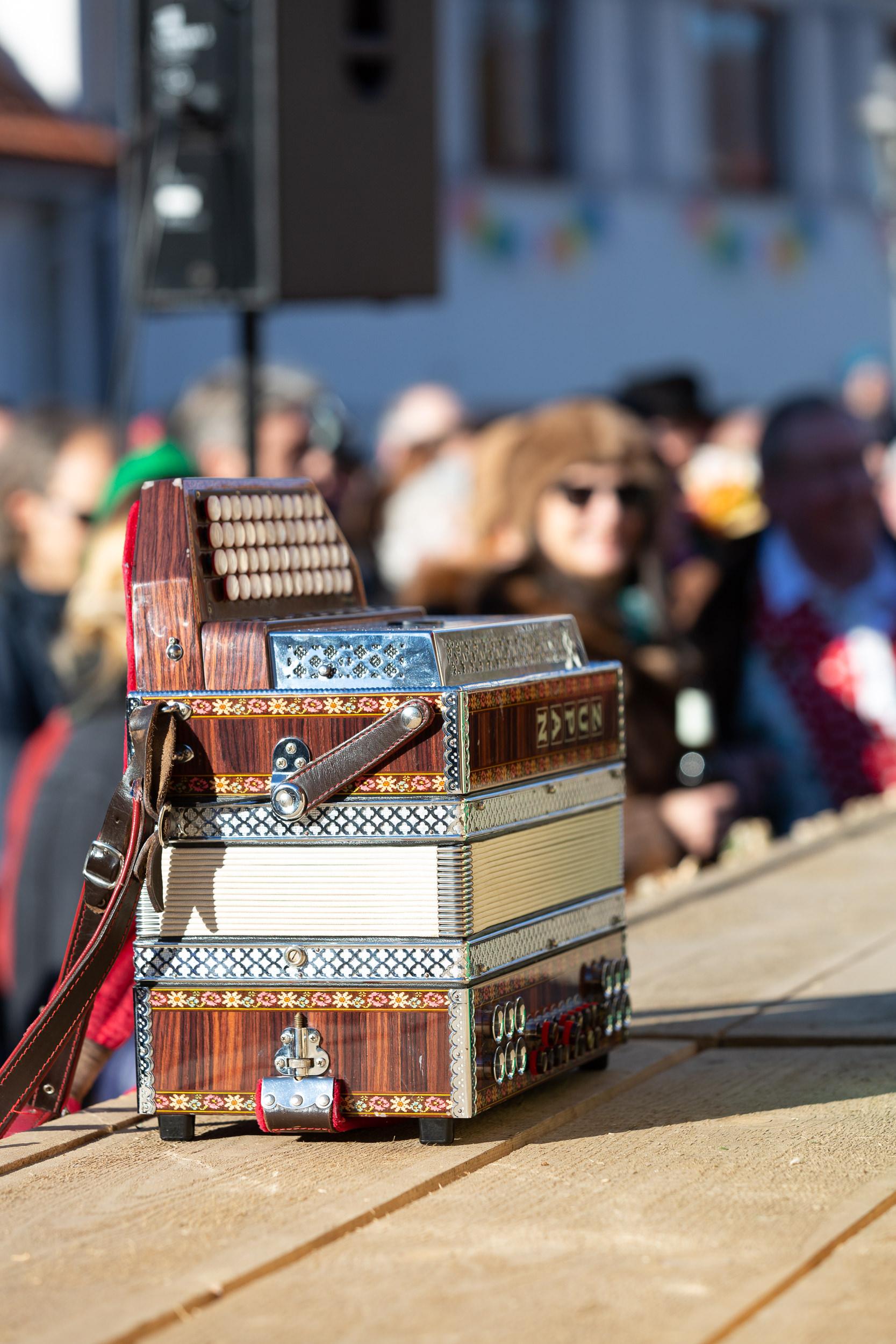 Eine Zieharmonika auf der Bühne des Burladinger Fasnetsspiel.