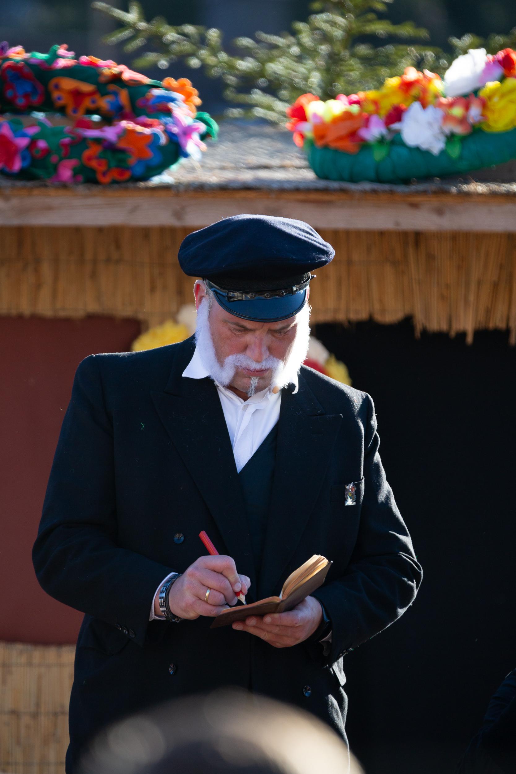 Schauspieler während einer Szene des Burladinger Fasnetsspiel.
