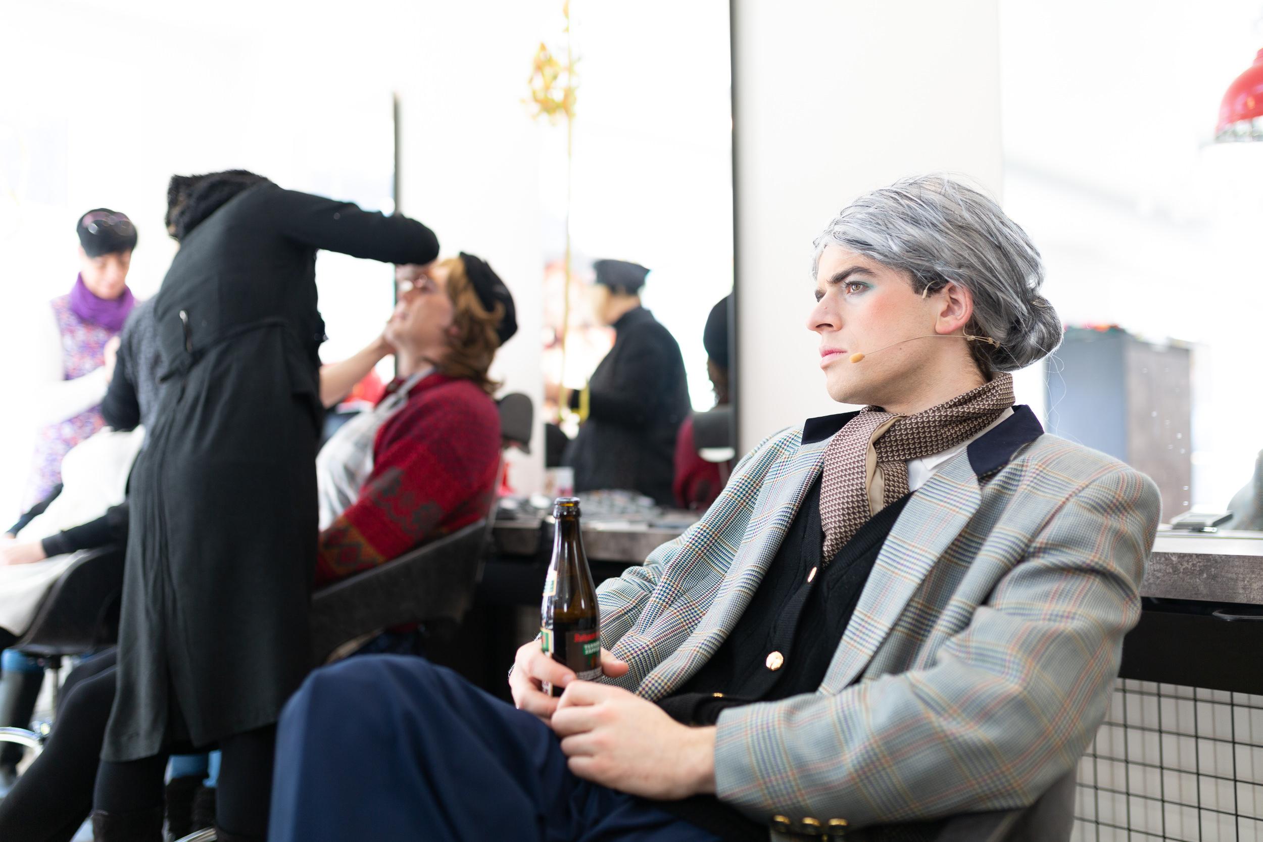Die Fasnetsspieler bei den Vorbereitungen im Friseursalon Maier.