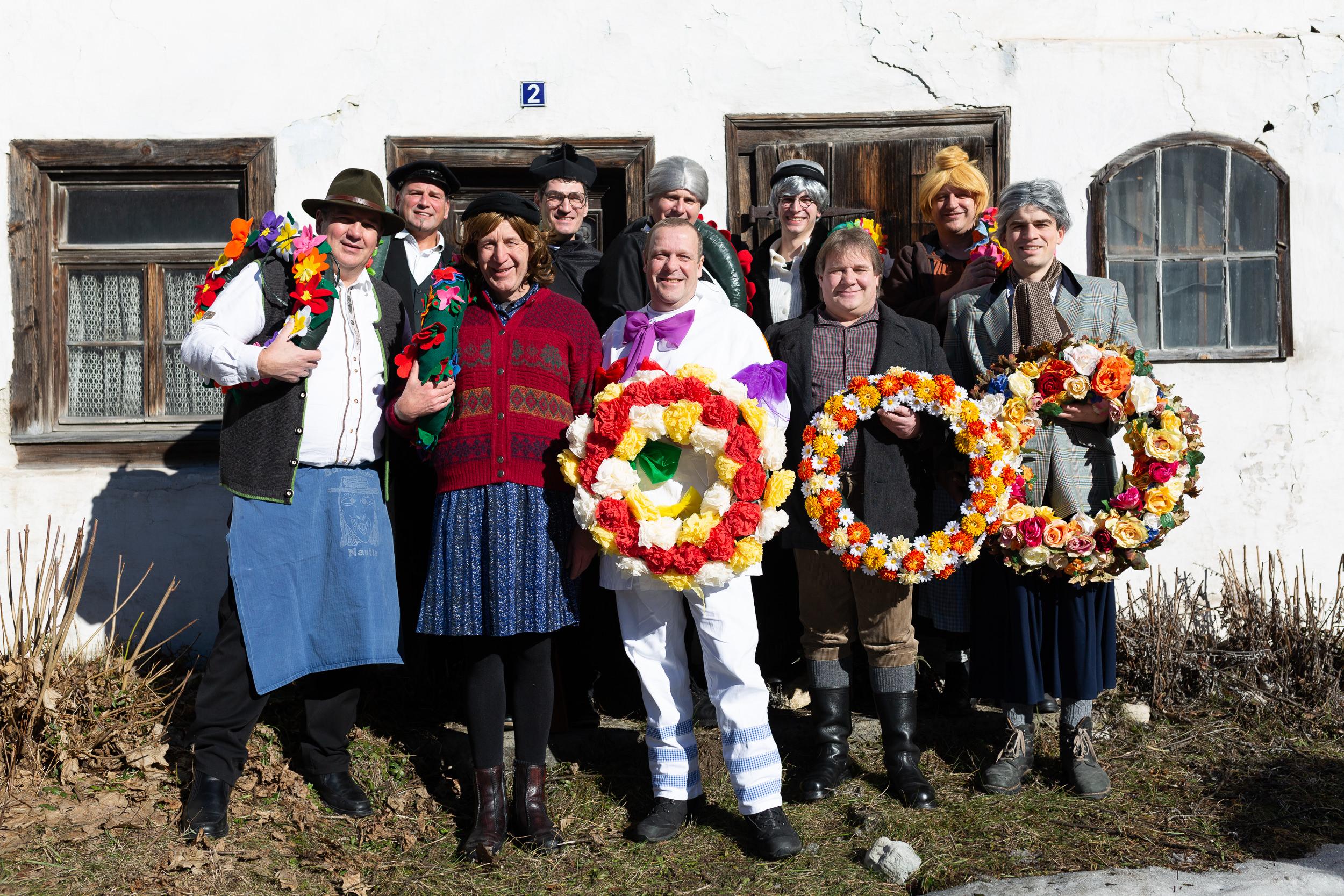 Die Schausteller des Burladinger Fasnetsspiels vor dem ältesten Haus des Ortes.