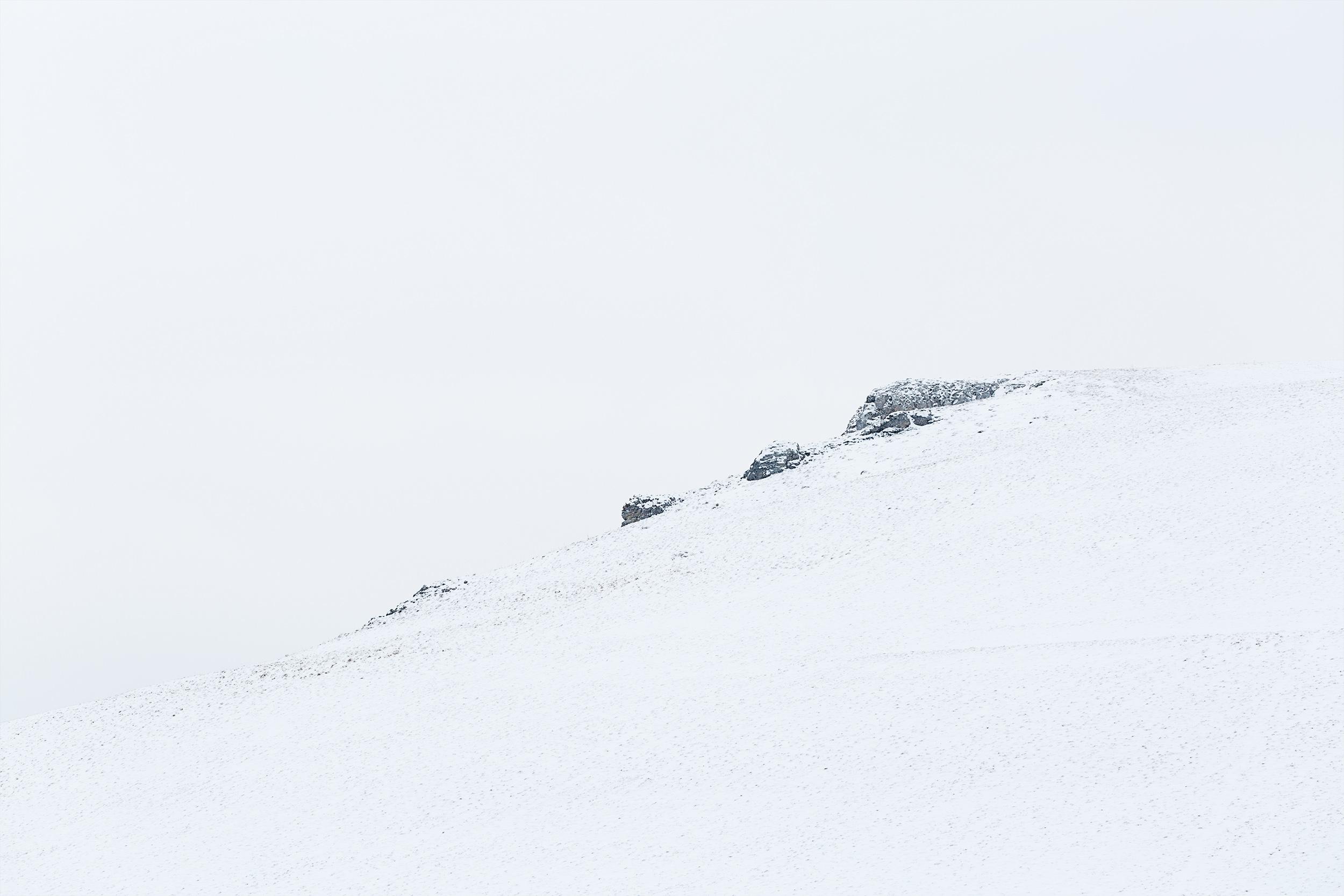 Aussichtspunkt Kalksteinfelsen bei Undingen im Schnee.