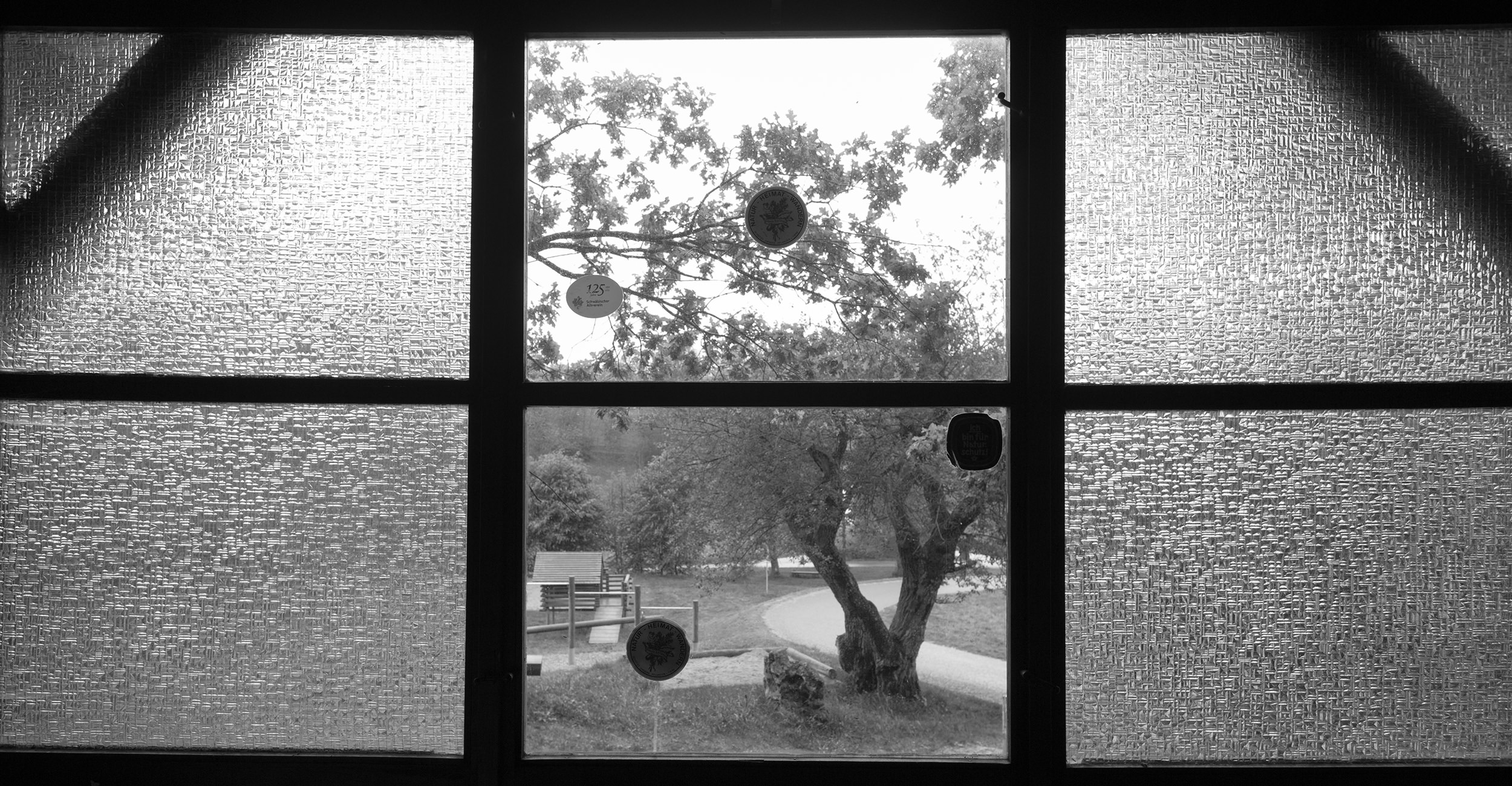 Blick durch das Fenster der Schutzhütte des Wanderverein Melchingen.