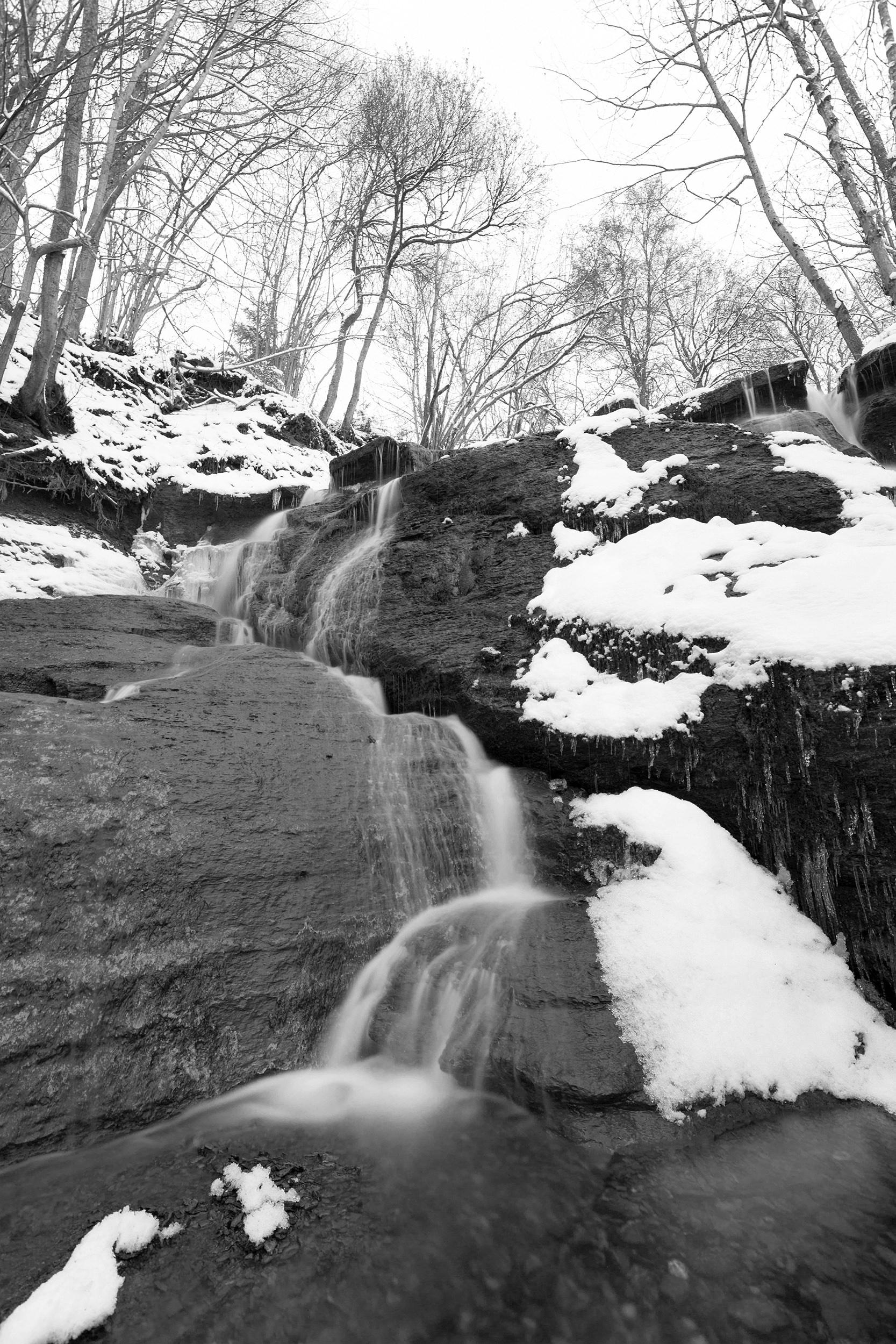 Wasserfall der Starzel bei Jungingen im Winter.