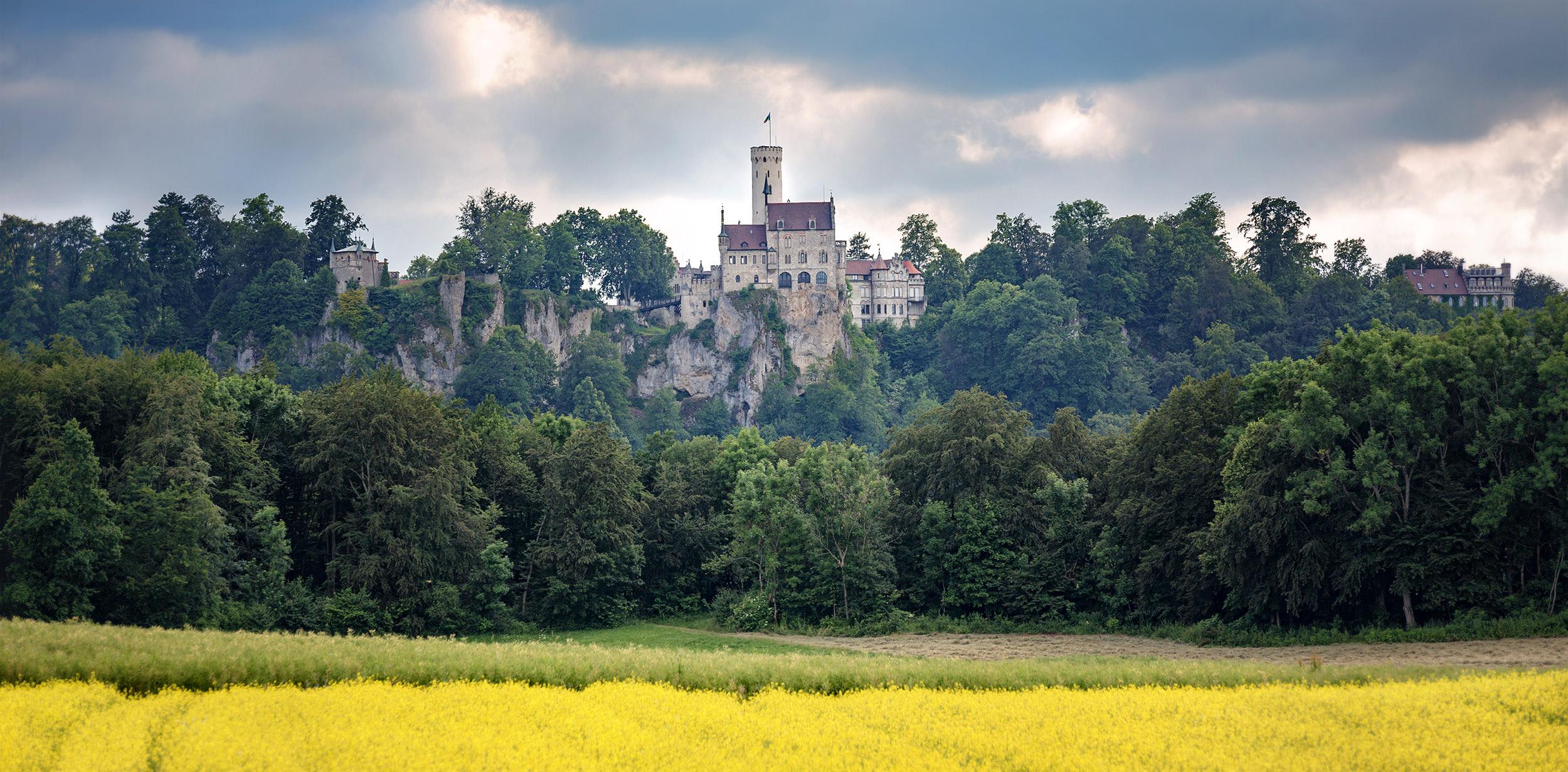 Schloss Lichtenstein bei Reutlingen im Sommer.