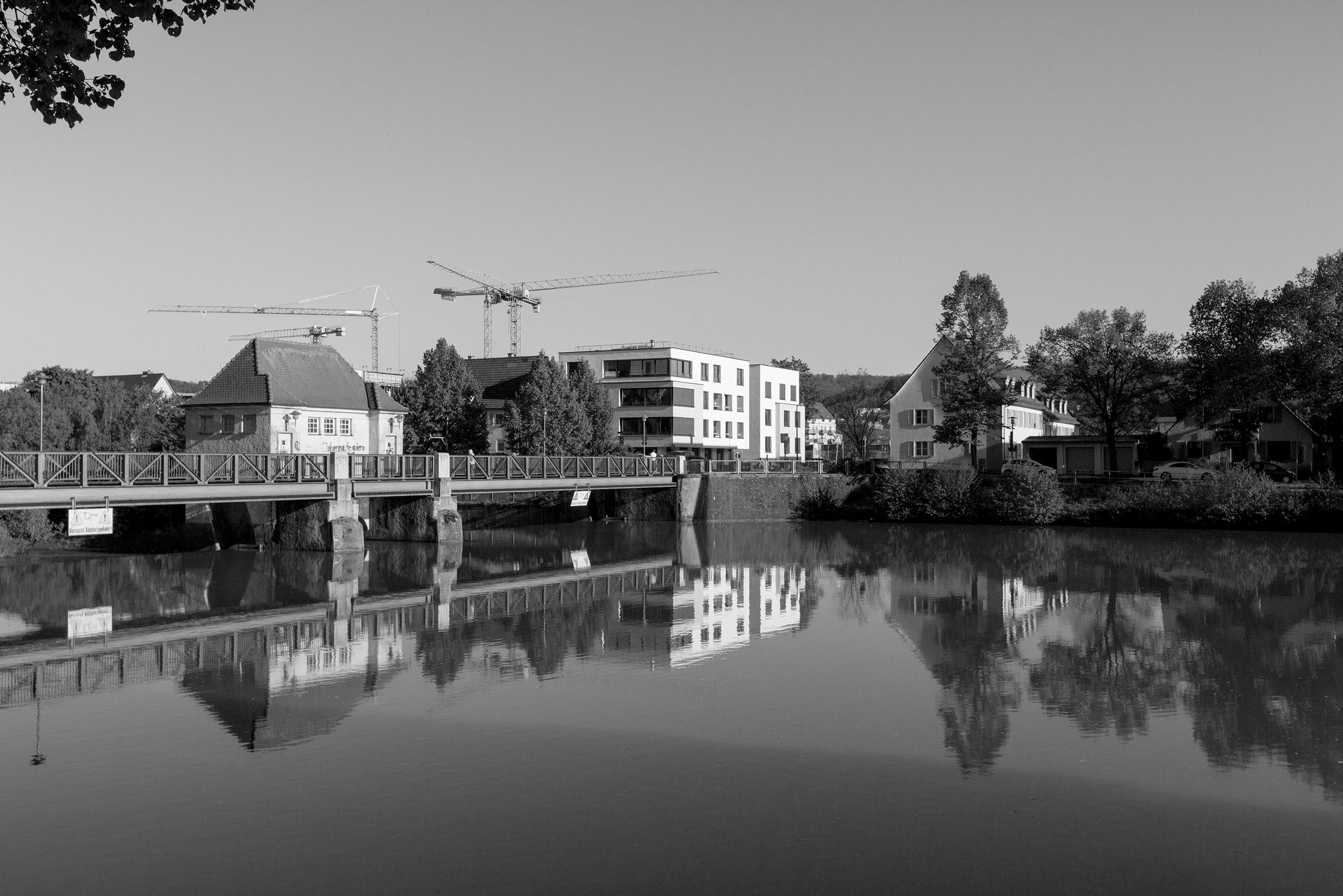 Blick auf das Stauwehr Tübingen im Neckar.