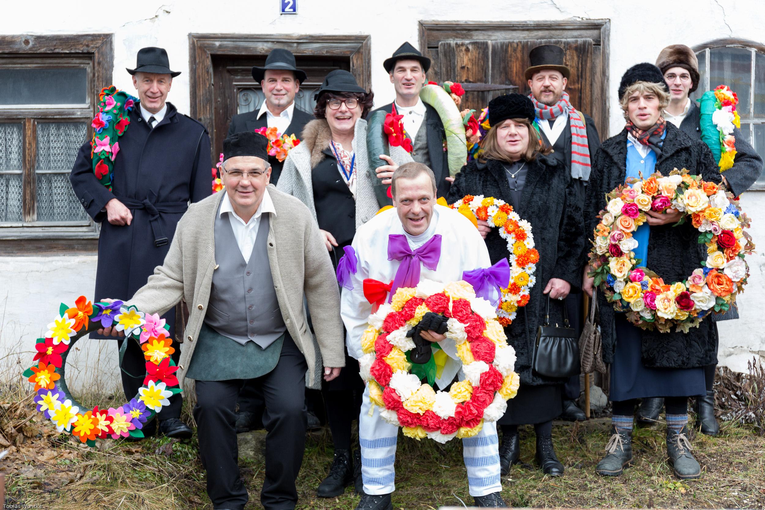 Die Teilnehmer des Burladinger Fasnetsspiels beim Gruppenfoto vor dem ältesten Haus des Ortes.