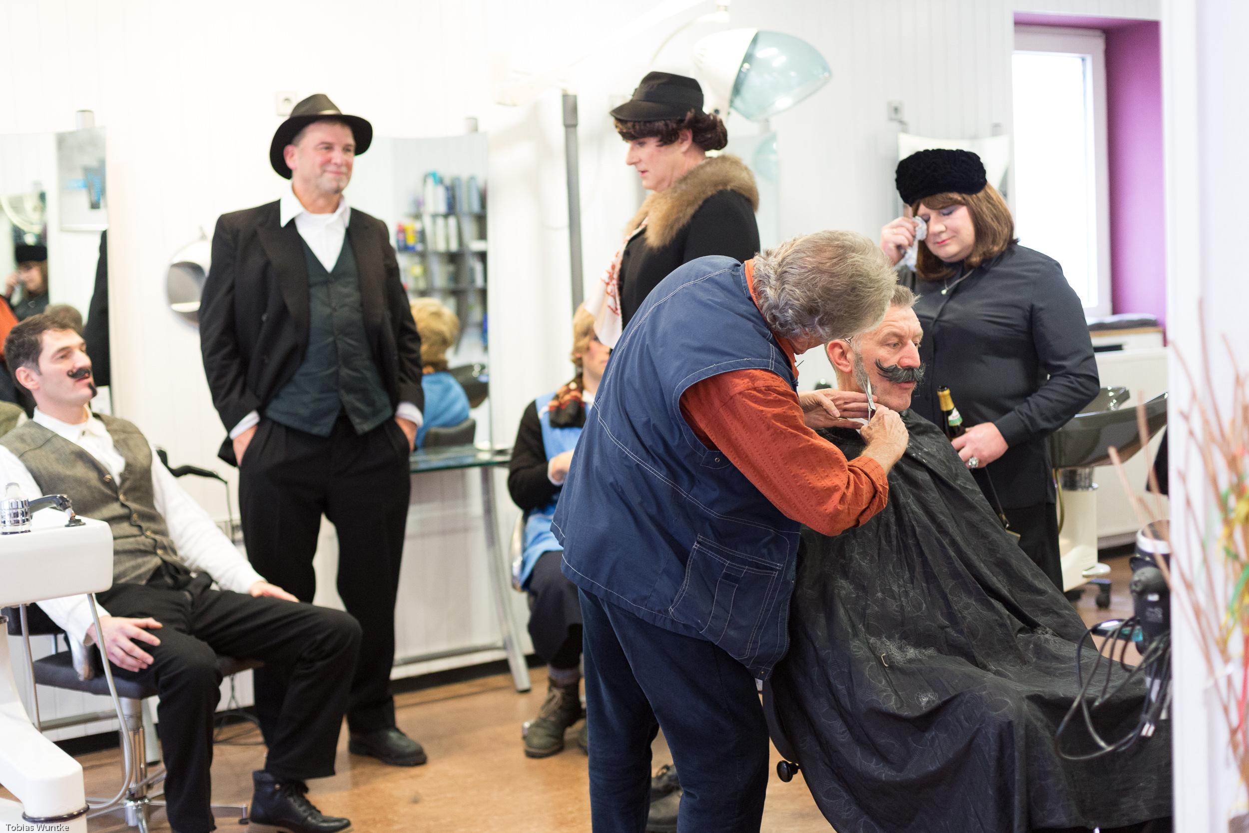 Die Theaterleute beim Friseur und den Vorbereitungen zum Stück.
