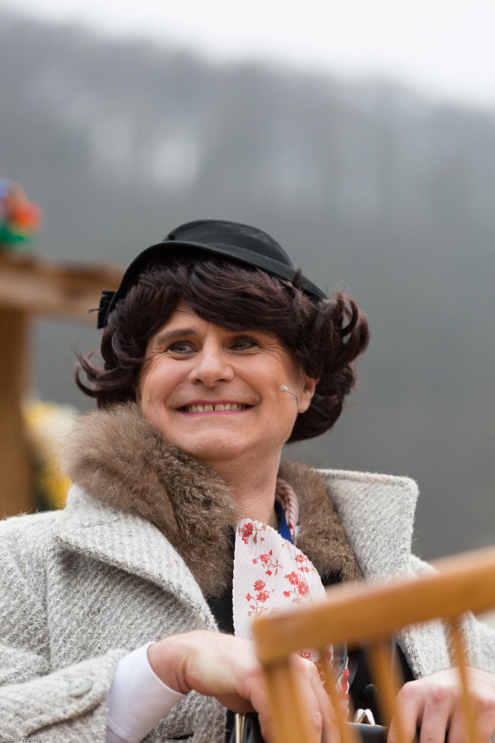 Ein als Frau verkleideter Fasnetsspieler in Großaufnahme.