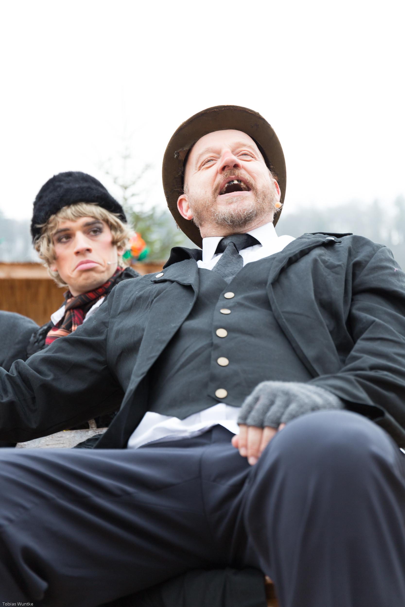 Aufnahme von einem Theaterspieler mit Gebiss und abgewetztem Zylinder.