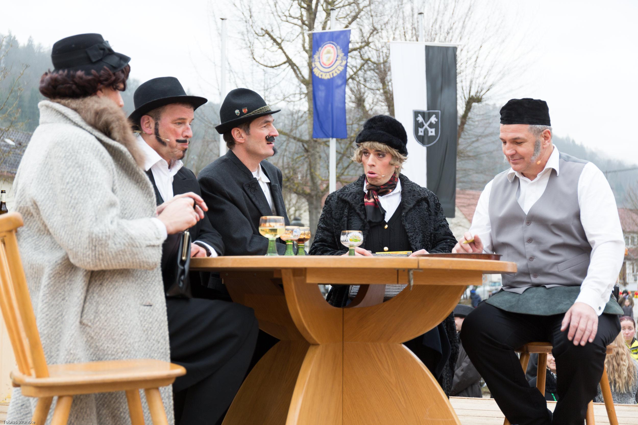 Szene in einem Restaurant während dem Fasnetsspiel mit 5 Personen.