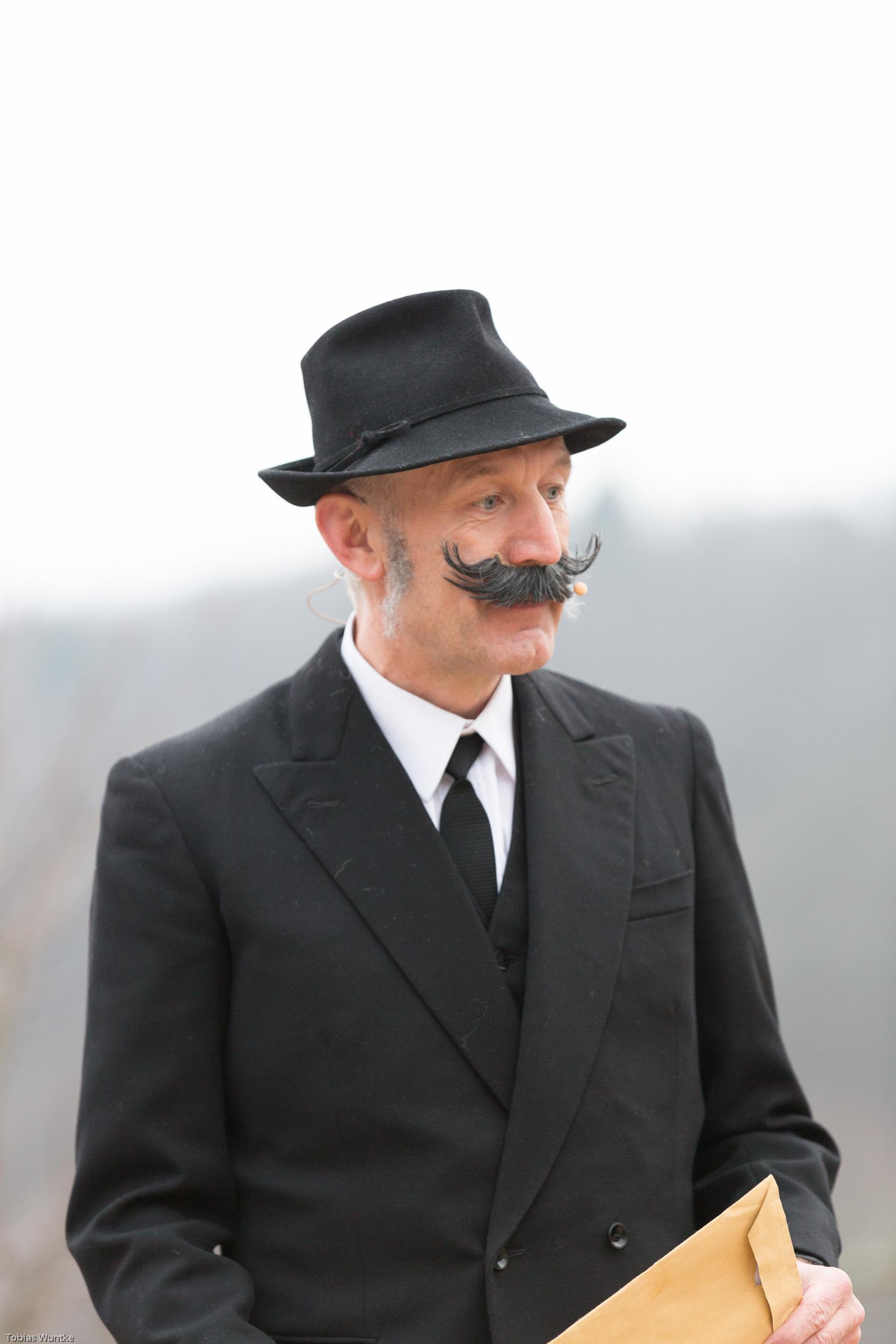 Der Notar mit wildem Bart während dem Theater.