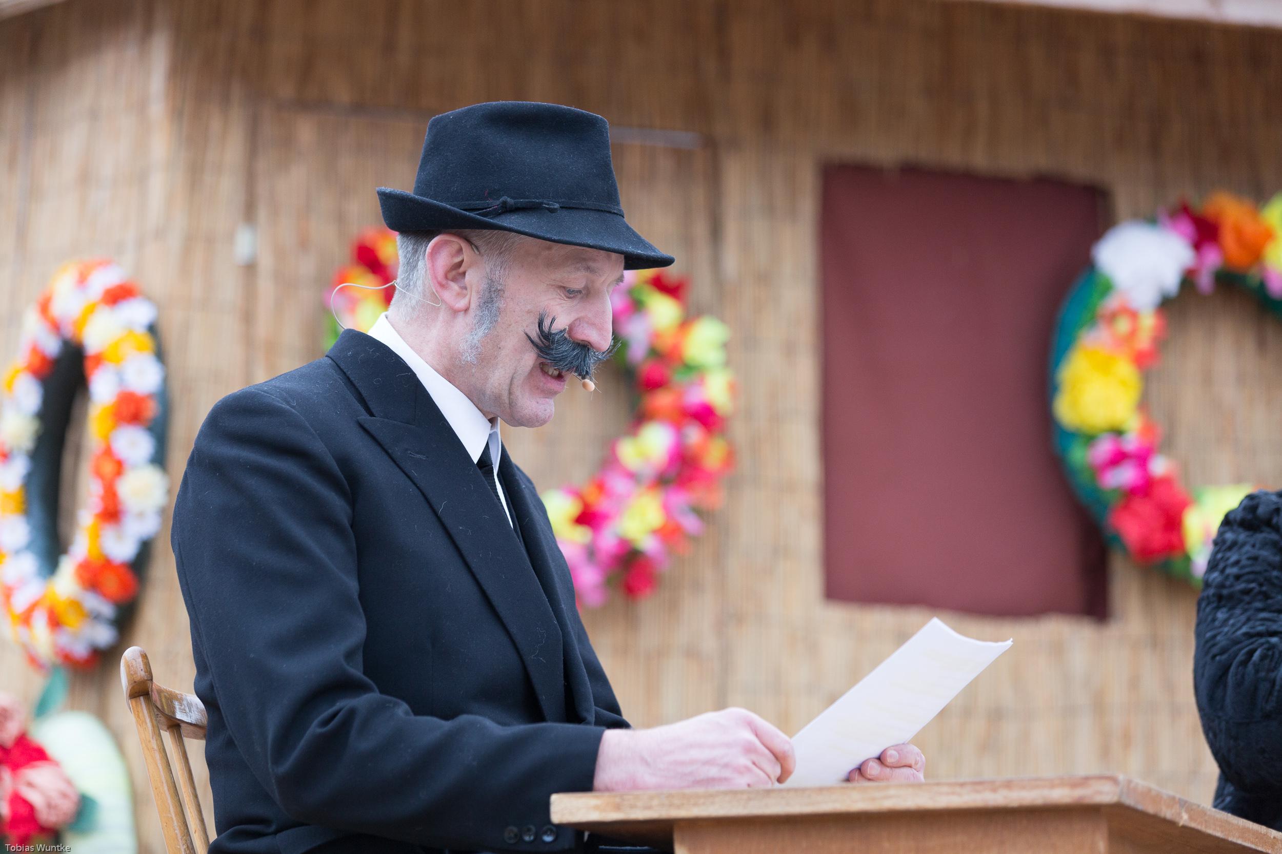 Der Notar verliest das Erbe während dem Theaterstück