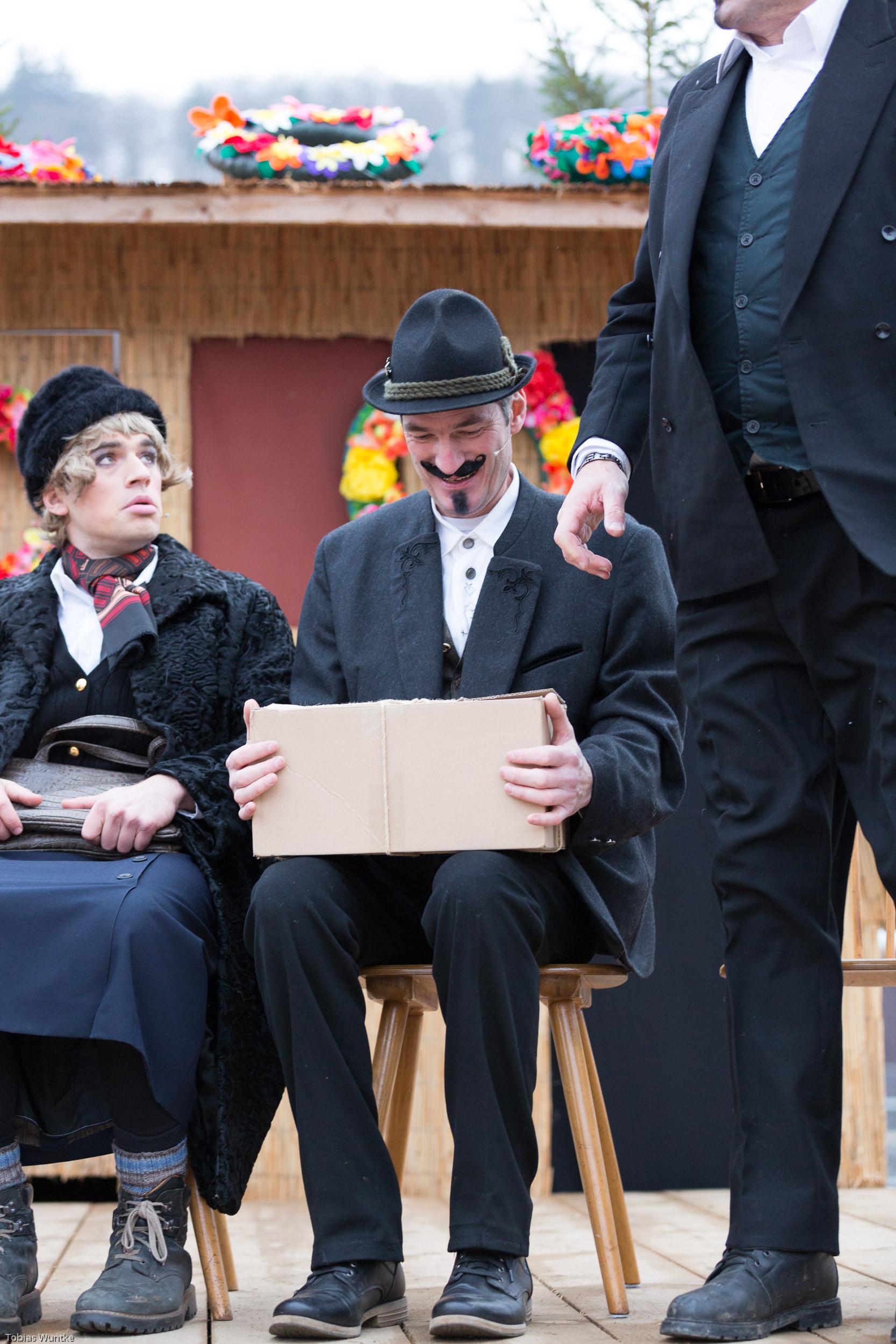Die Fasnetsspieler empfangen ihr Erbe beim Theater.