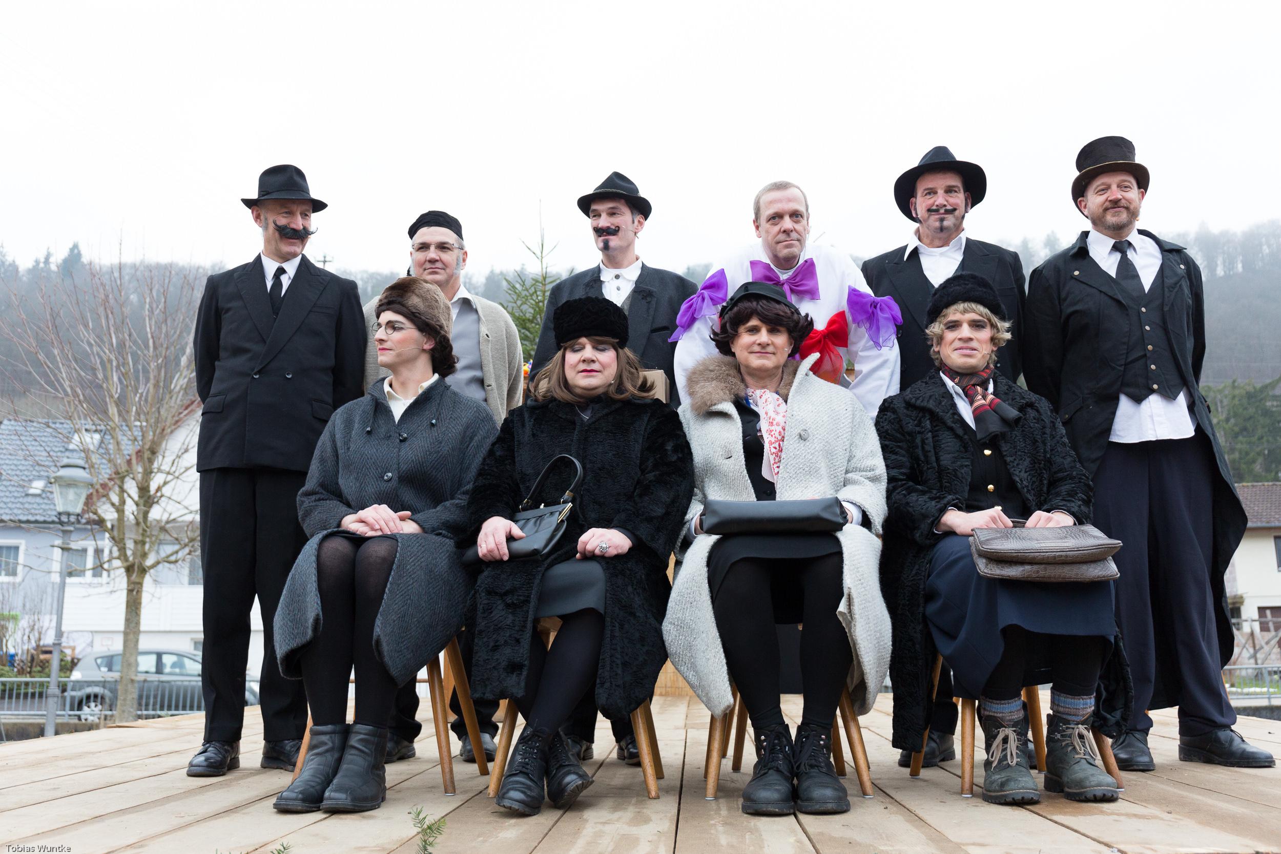 Die Teilnehmer des Burladinger Fasnetsspiels 2018 in einem Gruppenfoto nach dem Ende des Stückes.