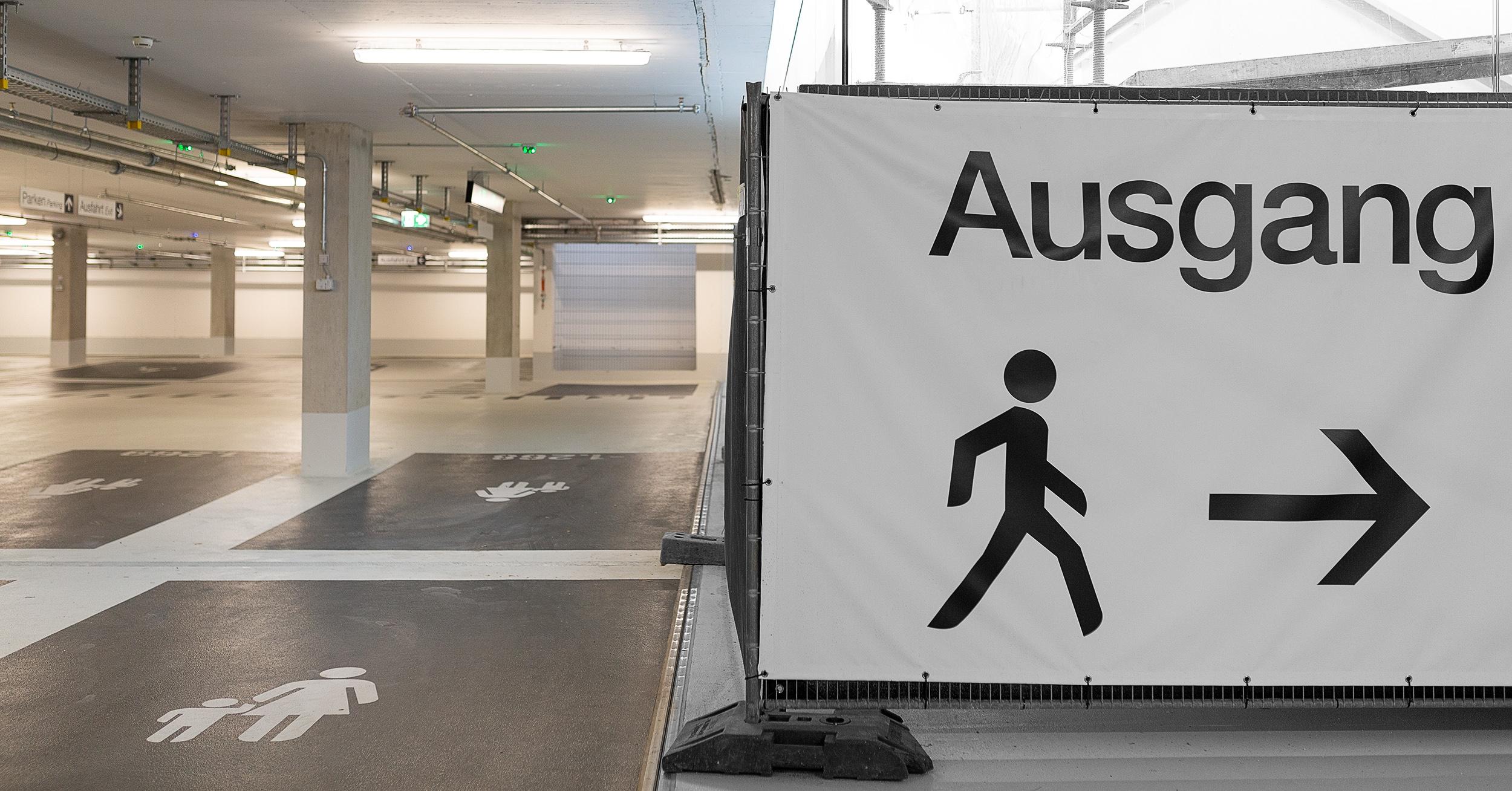 Hinweismarkierungen in einer Tiefgarage der Outletcity Metzingen.