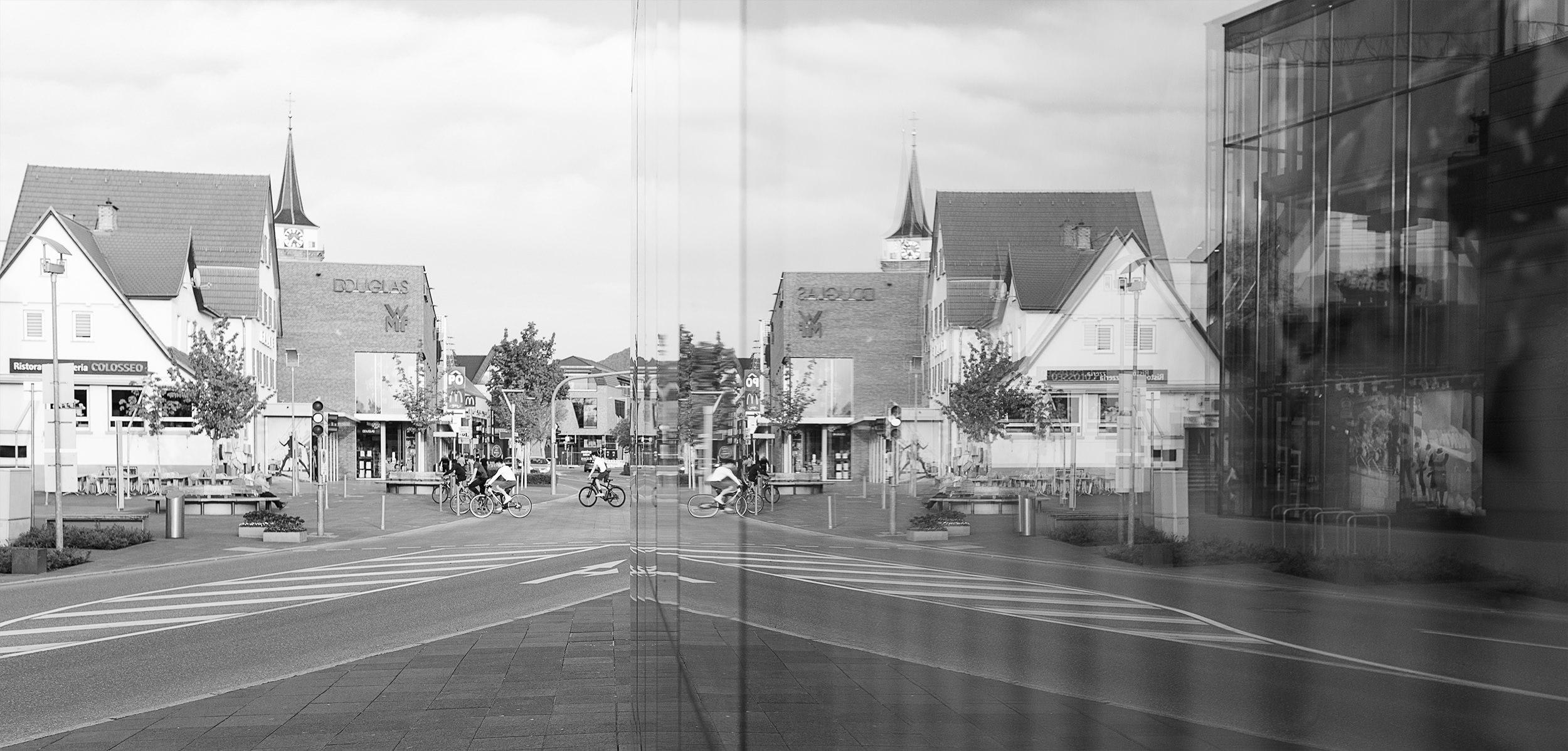Gespiegelte Ansicht der Innenstadt von Metzingen.