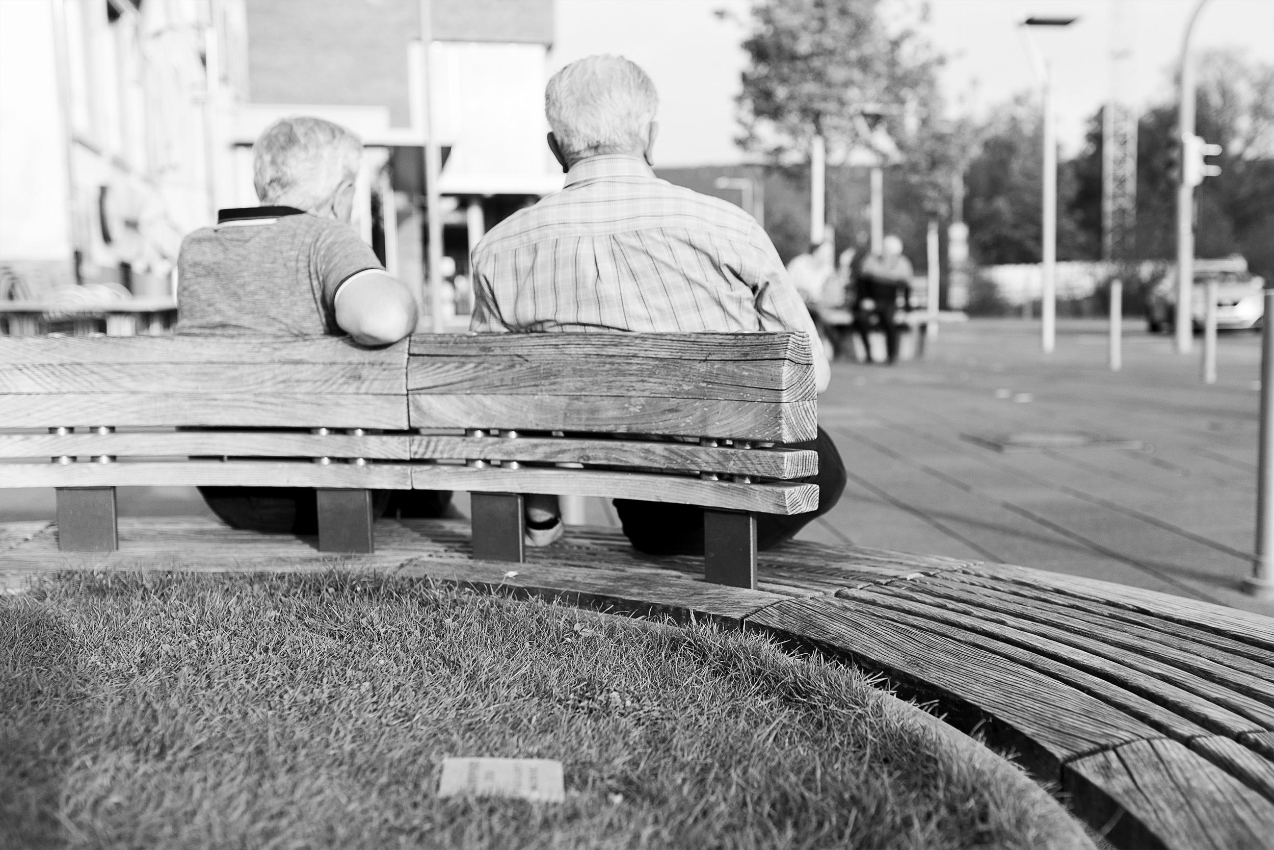 Ältere Herren sitzen auf einer Bank, Strassenfotografie in Metzingen.