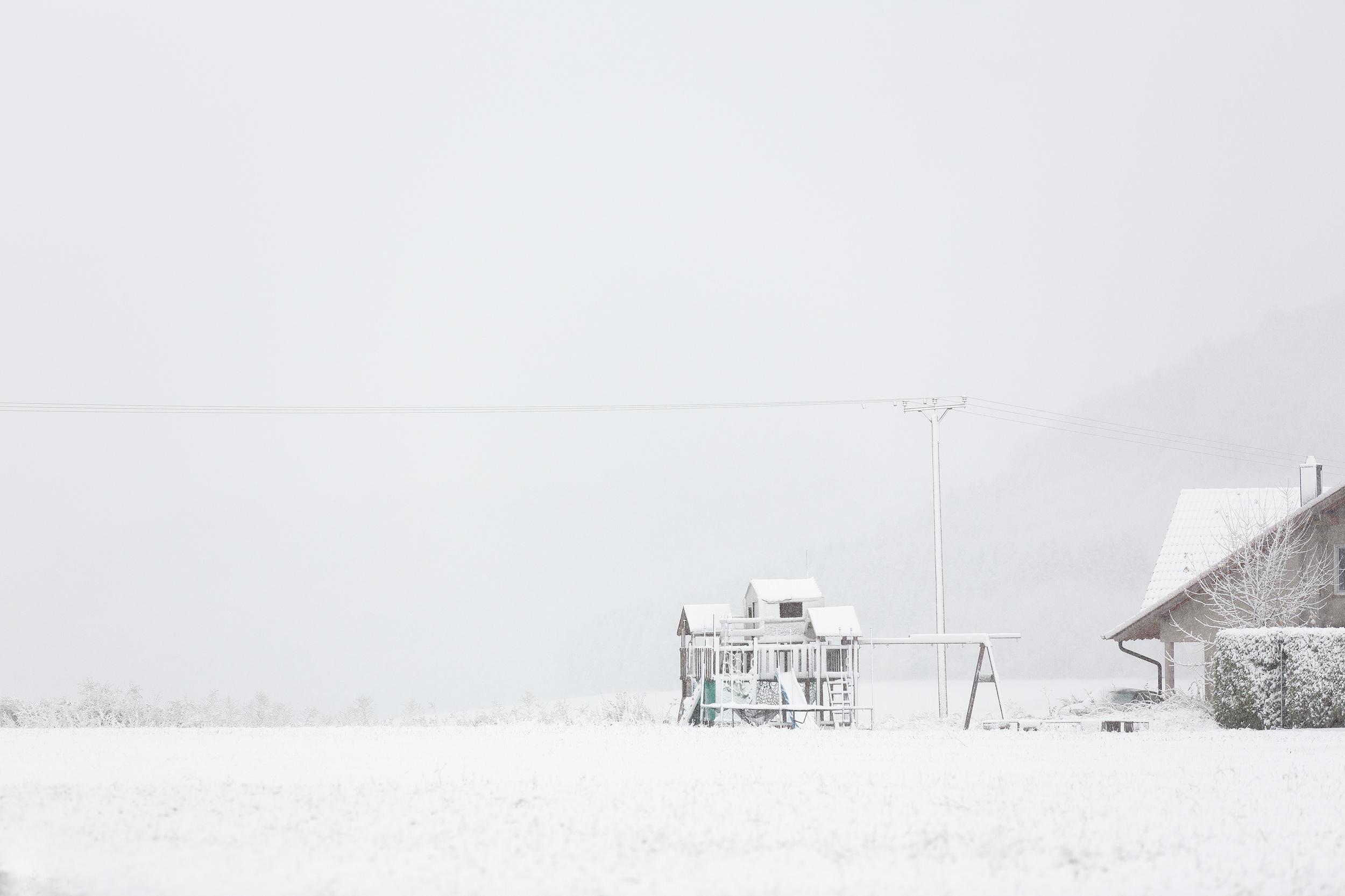Kinderspielhaus im ersten Schnee des Jahres 2019 auf der Schwäbischen Alb