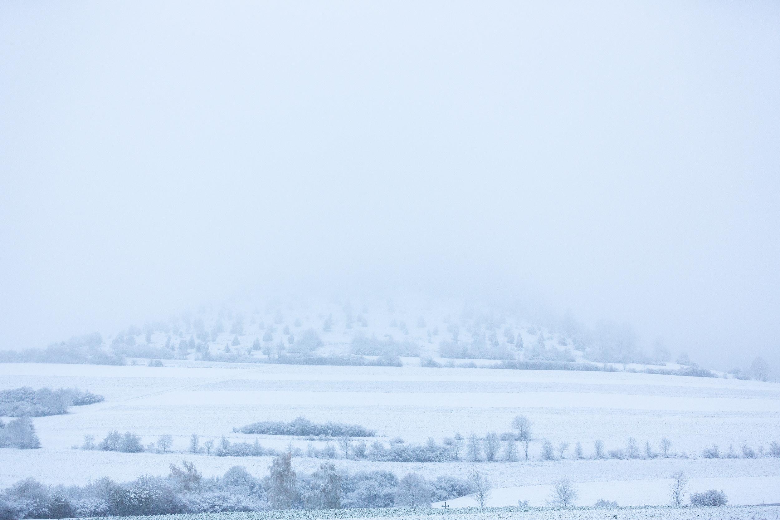 Erster Schnee am Kornbühl mit tiefhängender Wolkendecke